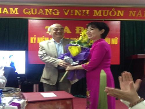Đại diện BCH Công Đoàn Đồng chí Lôi Núng- Chủ tịch Công đoàn đã phát biểu và tặng hoa chị em văn phòng Ban